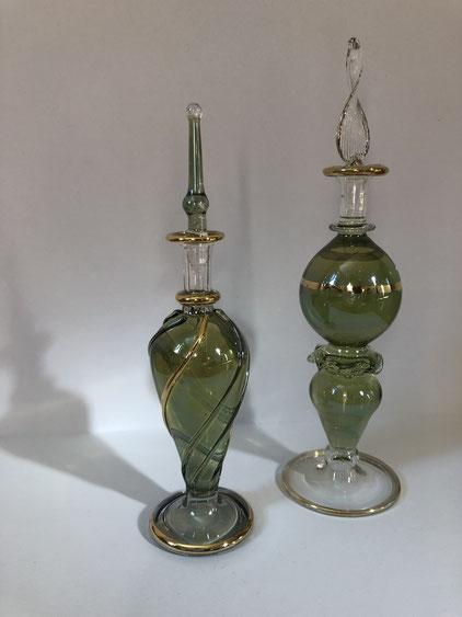 Foto der zwei unterschiedlichen Parfum-Flacons vor hellem Hintergrund