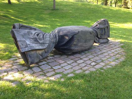 """""""Bonbon für Vellmar"""" Skulptur, Eichenholz. Vellmar, Ahnepark. 2010 (Heinzz Flottran)"""