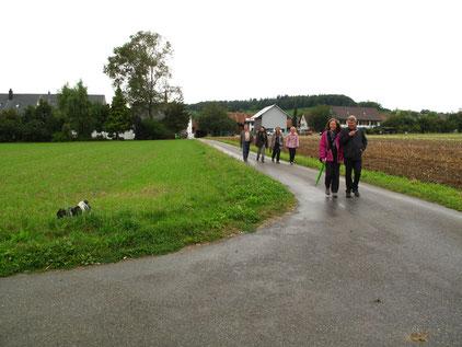 Einige trotzten dem regnerischen Wetter und spazierten zum Berghof.