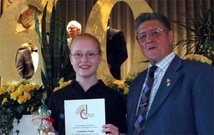 Josephine Kopp - 10 Jahre Aktives Singen  2012  --  SG-Vorsitzender Ewald Kiesel