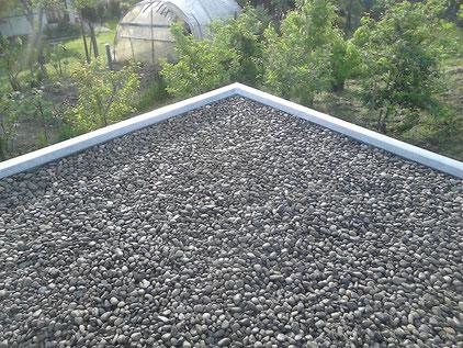Dachpappe mit Kies schicht bedeckt
