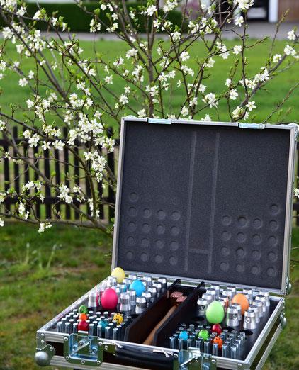 Ostereier in einem Koffer für Traversenverbinder; Frühlingsstimmung