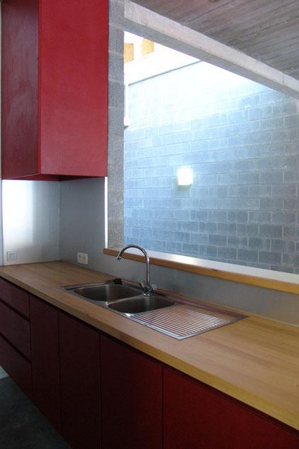 Mobilier cuisine MDF teinté dans la masse rouge et plan de travail hêtre