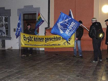 Seltsam: Manchmal weht der Geist Gottes vor der Kirche wesentlich stärker als in der Kirche. Foto: Unser Protest am 30.11.2015 vor der ev. Stadtkirche Ellwangen.