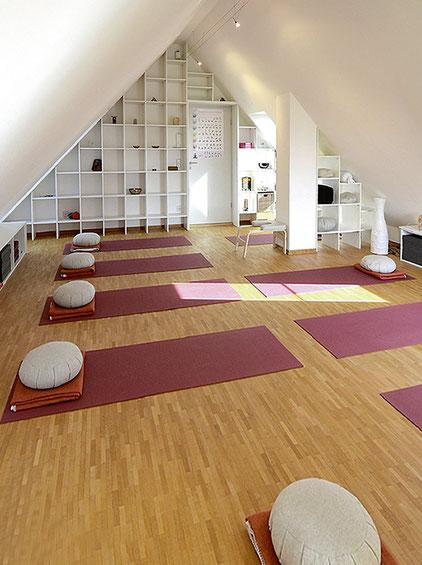 Blick in den einladenden Yoga-Raum in Rosbach
