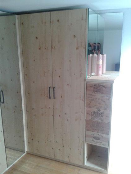Schrank in Fichte astig, Schubladen mit Weinkisten-Fronten und Tip-on, Ansicht rechts.