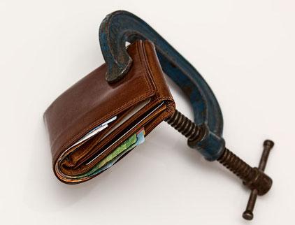 Bei der Vollstreckung wird selbst aus der Brieftasche des Schuldners möglichst viel rausgeholt.