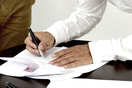 Ein zuvor erstellter Vertrag wird unterschrieben.
