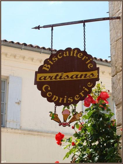 Jolie enseigne commerçante dans une ruelle à Talmont-sur-Gironde, Charente-Maritime