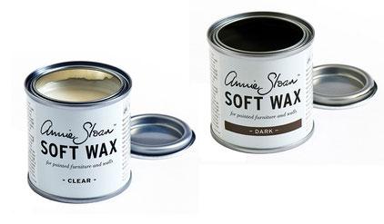 Auf dem Foto sieht man ein offenes Döschen Annie Sloan Soft Wax clear und ein offenes Döschen Soft Wax dark