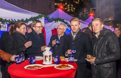 Weihnachtsfeier mit Gästen und weihnachtlichen Pagoden