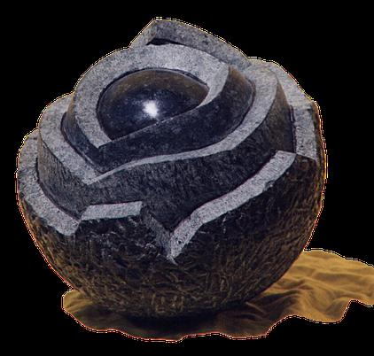 Der Kern ist aus Stein. Steinerner Kern. Der Kern eine Steinerne Skulptur des Bildhauers Gunter Schmidt.  Steinkern.