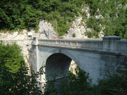 Die heutige Betonbrücke welche nach dem Ersten Weltkrieg erbaut wurde. Aufnahme aus dem Jahr 2015.