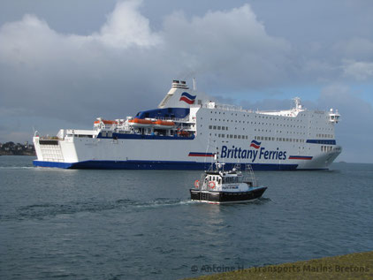 Armorique leaving Saint-Malo after having performed one of her first calls in the city.