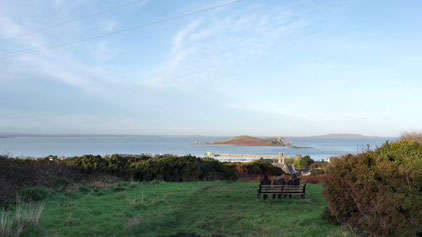 Blick auf Howth Hafe und die Insel Ireland's Eye.