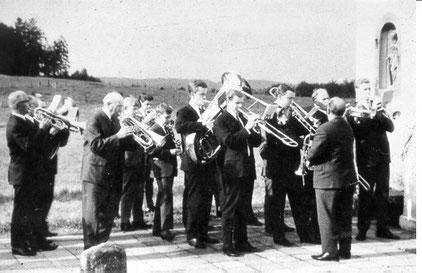 Abb. 4: Musiker in den 60er Jahren vor der Kapelle in Lindlar-Kemmerich