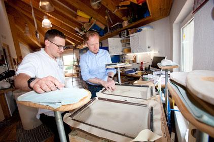 Jan Metzler (rechts) packt bei seinem Besuch im Rahmen eines kleinen Praxisteils auch selbst mit an im Betrieb von Orthopädiemeister Elmar Strubel.