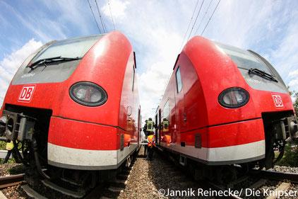 Die Strecke musste für vier Stunden gesperrt werden, nachdem vermutlich ein älterer Herr von dem Zug erfasst wurde.