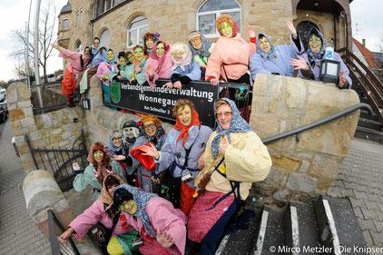Zu allem entschlossen: Die Wingertshexen sammeln sich zum Sturm auf das VG-Rathaus.