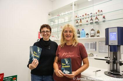 """Antje Fries und Anne Grießer lasen ihr neues Buch """"Von Risiken und Nebenwirkungen"""" passend zum Titel in der Apotheke vor."""