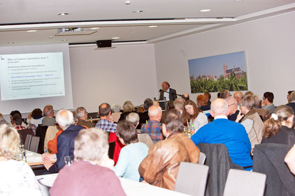 Architekt Wilfried Eich informiert vor rund 80 Zuhörern, wie Profis bei der Wertermittlung vorgehen. Foto: privat