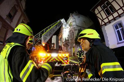 Nachdem die Anwohner um 22 Uhr ein Feuer im Keller des Mehrfamilienhauses bemerkten, alamierten sie die Wormser Feuerwehr.