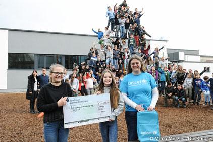 110 Schüler der fünften Jahrgangsstufe waren im Sommer zugunsten der UNICEF-Aktion mitgelaufen. Der Spendenscheck wurde am Dienstag (12.12.2017) überreicht