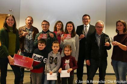 Die fröhlichen Gewinner nach der Preisverleihung in der Volksbank.