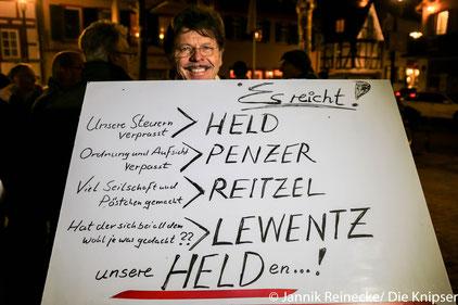 """Ein Demonstrationsteilnehmer mit seiner Botschaft an die """"Oppenheimer Helden"""""""