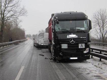 Unfallbeschädigte Fahrzeuge. B9 Worms-Süd. Foto: Polizei