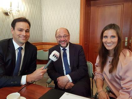 FFH-Morningshow-Moderatoren Daniel Fischer und Julia Nestle mit dem SPD-Kanzlerkandidat Martin Schulz. Foto:HIT RADIO FFH