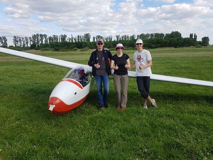 """Die Flugschüler Andreas Müller (links), Kathrin Eßlinger (Mitte) und Julian Jung (rechts) bewältigten mit diesem Segelflugzeug vom Typ """"Ka8"""" ihre erste Strecke im Segelflug. Foto: Luftsportverein Osthofen"""