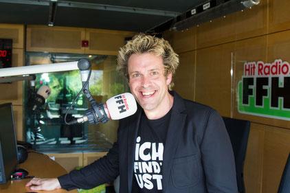 """Sascha Grammel im HIT RADIO FFH-Studio – in der Talksendung """"Silvia am Sonntag"""" verriet er unter anderem, dass es drei Jahre lang dauert, bis eine seiner Figuren """"lebt"""". Foto: HIT RADIO FFH"""