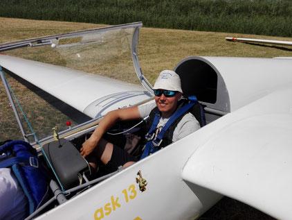 Julian Brunnmüller auf dem Fluglehresitz des doppelsitzigen Schulungsflugzeug ASK 13.