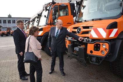 Die Leiterin des Geschäftsbereichs Betrieb des LBM RP, Ursula Gerhartz-Path, informierte sich über den Stand der neuen Technik bei den Unimogs (links im Bild Walter Bach, rechts: Michael Balzer, von der Firma KBM Motorfahrzeuge GmbH & Co. KG). Foto: LBM