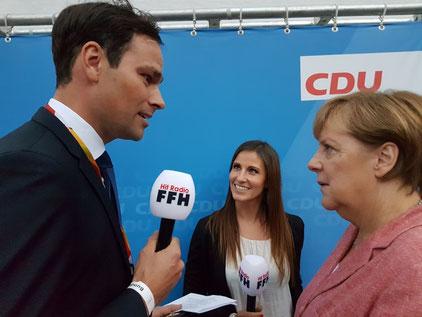 FFH-Morningshow-Moderatoren Daniel Fischer und Julia Nestle mit Bundeskanzlerin Angela Merkel. Foto:HIT RADIO FFH