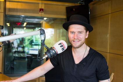 """Sänger Johannes Oerding im HIT RADIO FFH-Studio – in der Talksendung """"Silvia am Sonntag"""" verriet er unter anderem, dass er in der Öffentlichkeit keinen Hut aufsetzt, wenn er nicht erkannt werden will. Foto: HIT RADIO FFH"""