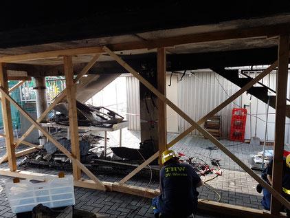 Aufbau einer Abstützung mittels Schwelljoch. Gebäudeschaden nach Brand.  Foto: THW Worms