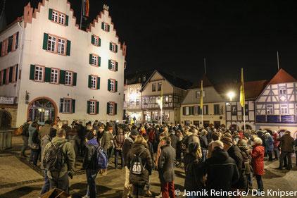 Demo-Teilnehmer vor dem Oppenheimer Rathaus