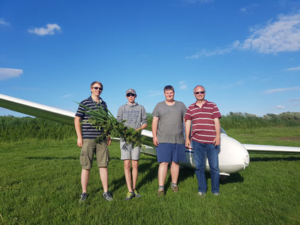Flugschüler Paul Legrée (2.v.l) mit den Fluglehrern Philipp Tecklenburg (links), Lorenz Kilian (2.v.r) und Andreas Hunathey (rechts)