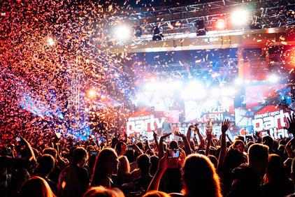 """DJs, nationale und internationale Künstler treten bei der """"planet radio party attack"""" beim Hessentag in Korbach am 26. Mai (Samstag) auf. Ausgelassene Stimmung hier bei der """"planet radio party attack"""" auf dem Hessentag 2016 in Herborn. Foto: HIT RADIO FFH"""