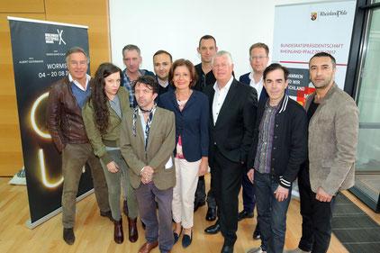 Bildunterschrift: Malu Dreyer, Ministerpräsidentin von Rheinland-Pfalz, und Michael Kissel, Oberbürgermeister der Stadt Worms, mit Team und Ensemble der Nibelungen-Festspiele. Foto: KVG Worms