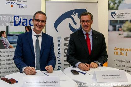 Der Präsident der Hochschule Worms Prof. Dr. Jens Hermsdorf  und der Oberstudiendirektor der BBS Landau bei der Unterschrift des Koorperationsvertrags.