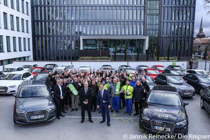 Die EWR-Mitarbeiter freuen sich auf ihre neuen Autos.