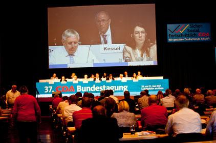 Adolf Kessel (Mitte, oben) moderiert die CDA-Bundestagung im Pfalzbau und steht in engem Kontakt mit dem Bundesvorsitzenden Karl-Josef Laumann und der CDA Hauptgeschäftsführerin Eva Rindfleisch. Foto: CDU