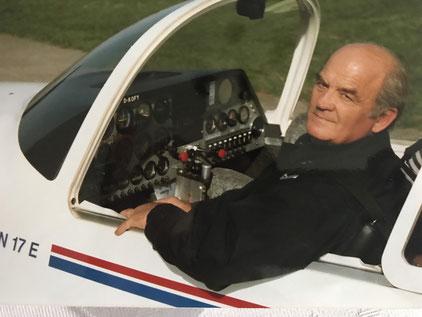 Rudolf Kötter auf dem Pilotensitz des Motorseglers Taifun 17E. Foto: Günter End