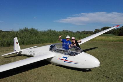 Julian Jung (links) und Kathrin Eßlinger (rechts) nach bestandener Segelflugprüfung. Foto: Philipp Tecklenburg