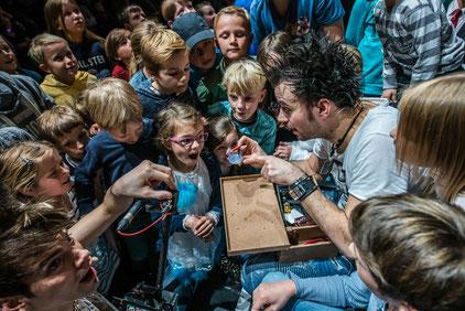 Kinder werden zu Zauberlehrlingen: HIT RADIO FFH lädt hessische Kinder ein, mit den Ehrlich Brothers zu zaubern. Hier zeigt Andreas Ehrlich Tricks. Foto: HIT RADIO FFH