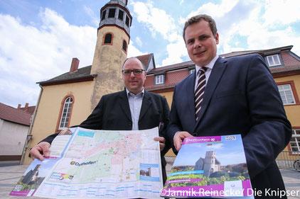 Stolz Präsentieren Herr Wolf der Grafiker und Stadt Bürgermeister Herr Goller den neuen Stadtplan und die von Grund auf überarbeitet Infobroschüre.