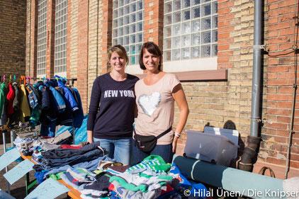 Bei dem Flohmarkt verkauften Eltern ihre Sachen für Eltern.